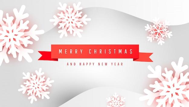 Cartolina di buon natale e felice anno nuovo con nastro rosso minimo e carta tagliata fiocchi di neve su sfondo grigio