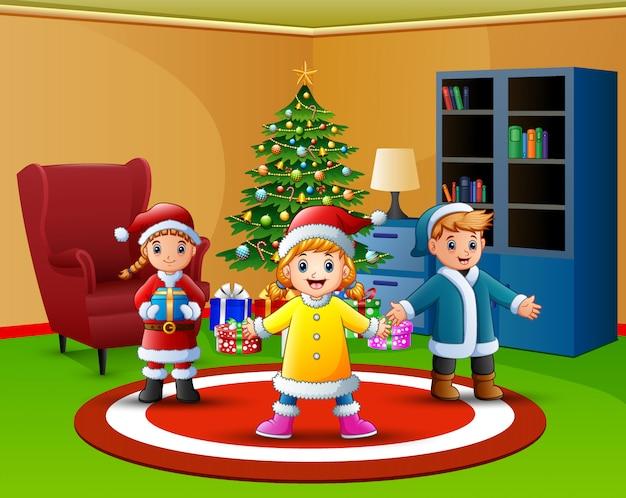 Cartone animato di bambini felici nel soggiorno con albero di natale