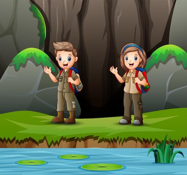 Cartone animato di esploratore ragazzo e ragazza esplorando la natura