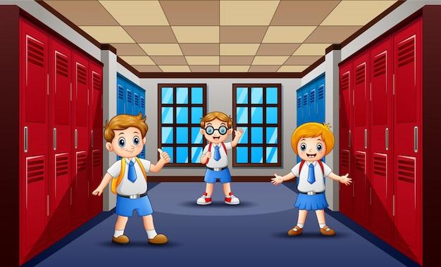 Cartone animato di felice studente al corridoio della scuola