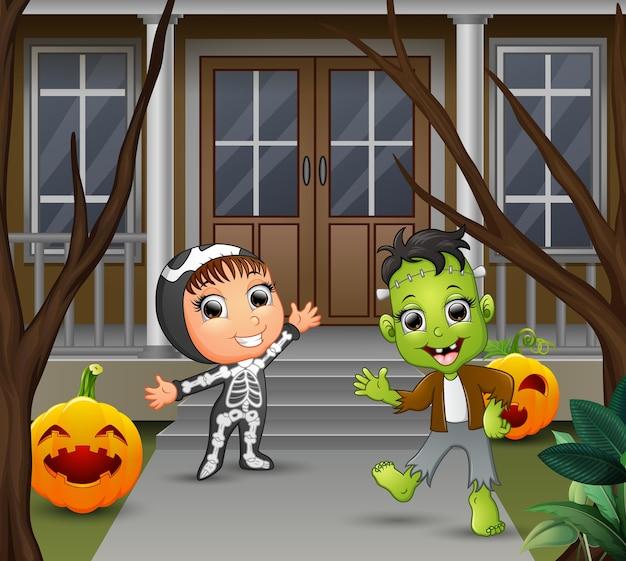 Cartone animato di frankenstein e scheletro in piedi davanti alla casa