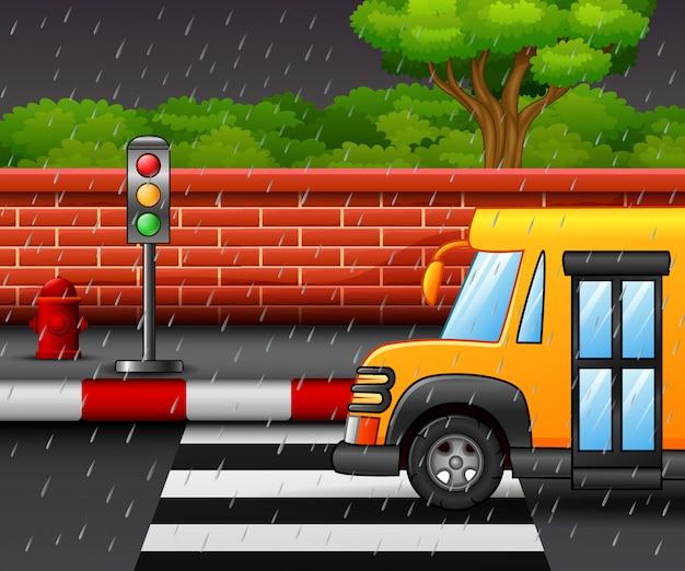 Cartone animato di scena di strada con scuolabus e forte pioggia