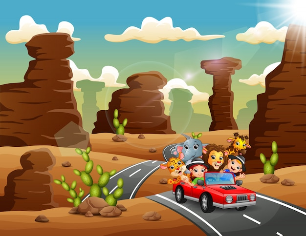 Cartoon bambini alla guida di una macchina rossa con animali selvatici attraverso il deserto