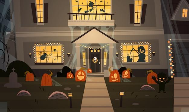 Casa decorata per halloween, vista frontale con zucche diverse