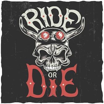 Cavalca o muori il design dell'etichetta con il teschio arrabbiato disegnato a mano nell'illustrazione del casco del motociclo