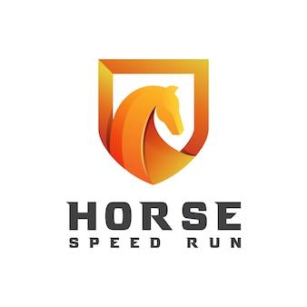Cavallo moderno sfumato con scudo per modello di progettazione logo business o sport