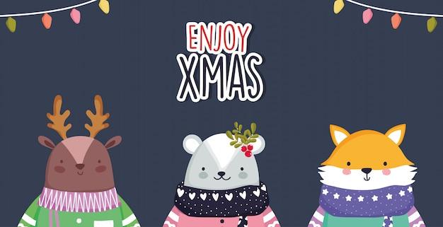 Celebrazione di buon natale simpatico orso di cervo e volpe con luci sciarpa e maglione