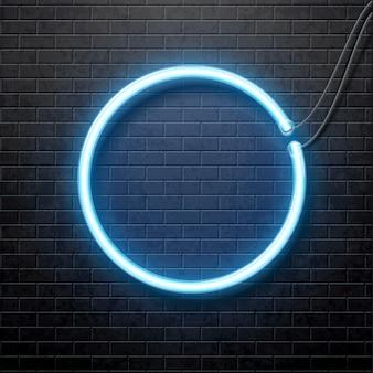 Cerchio blu al neon isolato sul muro di mattoni nero