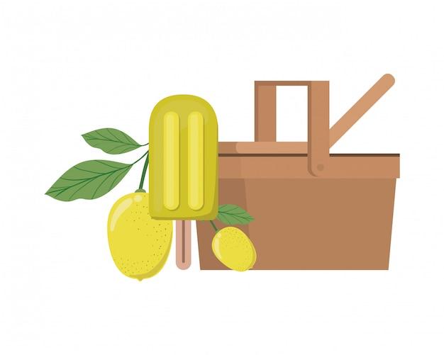 Cestino di picnic con frutta tropicale su bianco