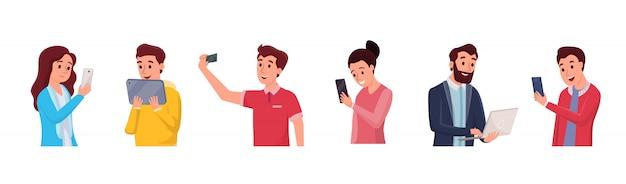 Chiacchierando persone che utilizzano diversi gadget impostati