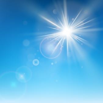 Chiaro cielo blu con il sole splende.