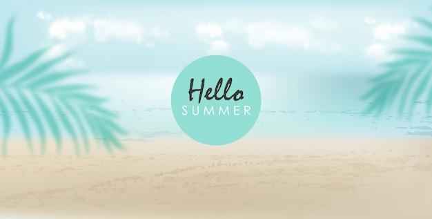 Ciao banner estivo con spiaggia, mare e foglie di palma. giornata nuvolosa con brezza