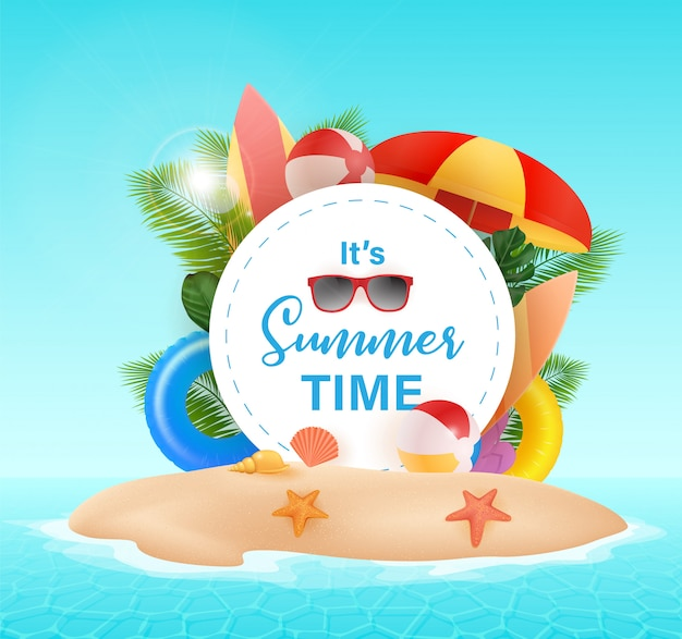Ciao estate tipografica su con sfondo cerchio. piante tropicali, pallone da spiaggia, occhiali da sole e conchiglie. illustrazione. ciao estate illustrazione