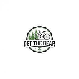 Ciclismo all'aperto con vista sugli alberi verdi