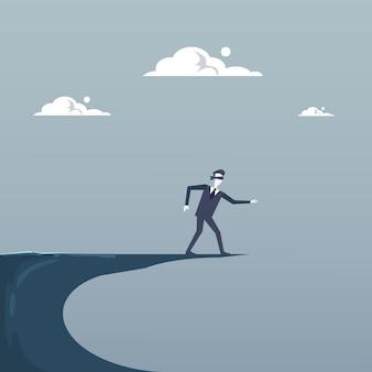 Cieco dell'uomo di affari che cammina a cliff gap