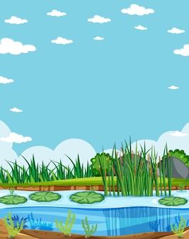 Cielo vuoto nella scena della natura con la palude