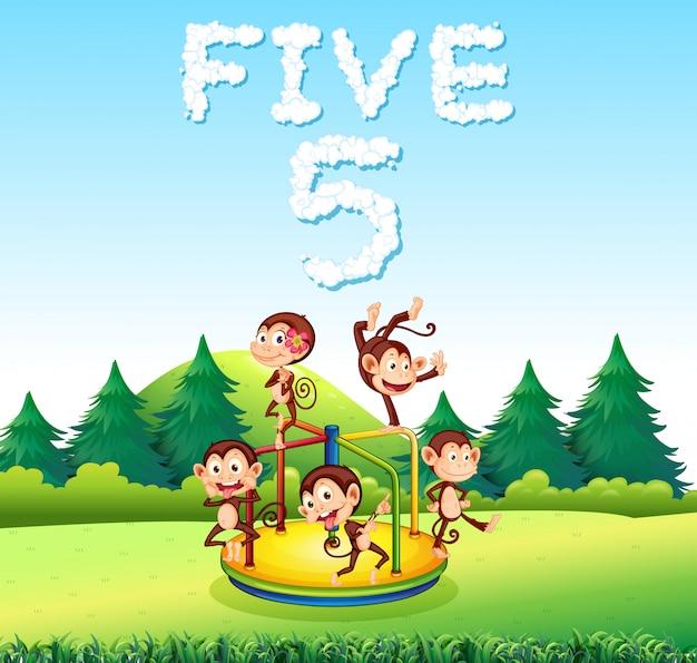Cinque scimmie che giocano al parco giochi