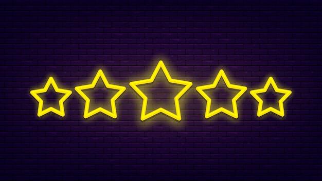 Cinque stelle. insegna al neon leggera e luminosa al muro di mattoni. eccellente valutazione della qualità.