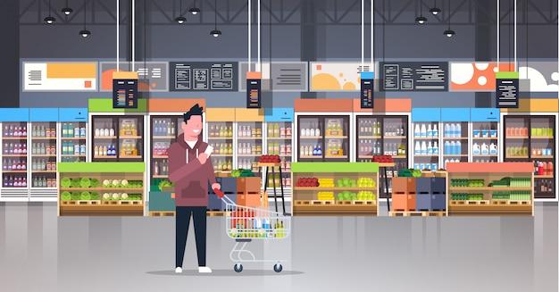 Cliente del supermercato che controlla la lista di acquisto