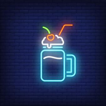 Cocktail al latte con segno al neon di paglia