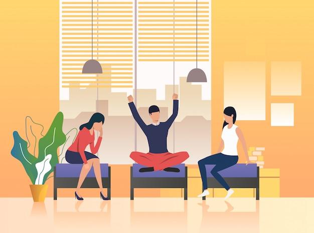 Colleghi che hanno una pausa nella lounge