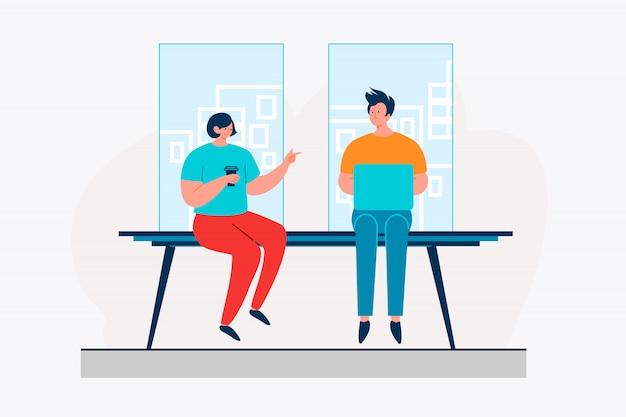 Colleghi in chat durante la pausa caffè