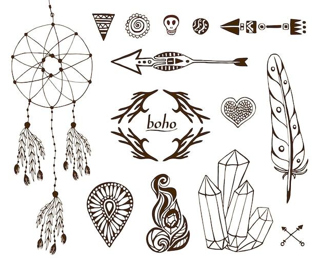 Collezione boho disegnata a mano con frecce, cristallo, piuma, dreamcatcher, elementi etnici per il design.
