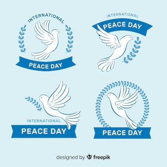 Collezione di badge per la giornata internazionale della pace con le colombe