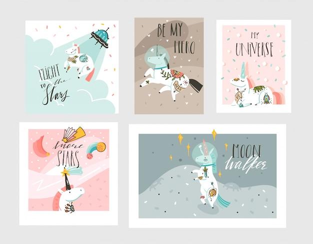 Collezione di carte disegnate a mano grafiche grafiche astratte disegnate a mano insieme di modelli con astronauta unicorni con tatuaggio old school, pianeti e astronave isolati su sfondo pastello
