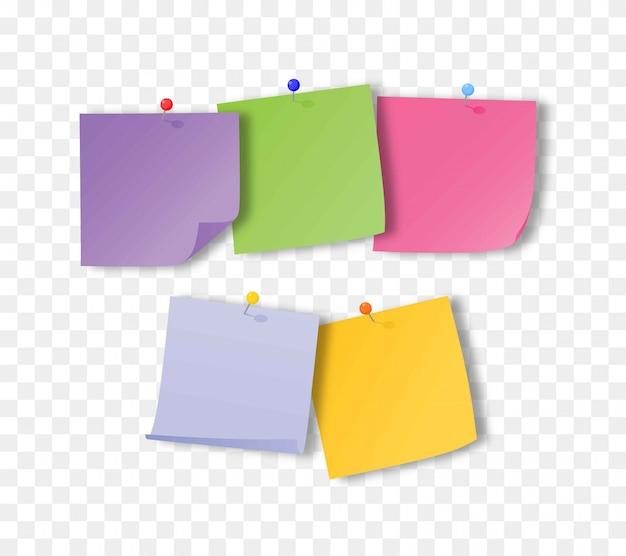 Collezione di diversi fogli di carta per appunti colorati con angolo arricciato e puntina.