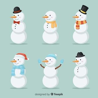 Collezione di simpatici pupazzi di neve in design piatto