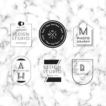 Collezione minimal logo su fondo in marmo