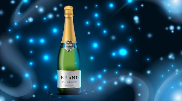Colore verde bottiglia di champagne di lusso con goccia d'acqua e cubetti di ghiaccio su blu scuro