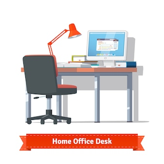 Comodo posto di lavoro a casa con desktop acceso