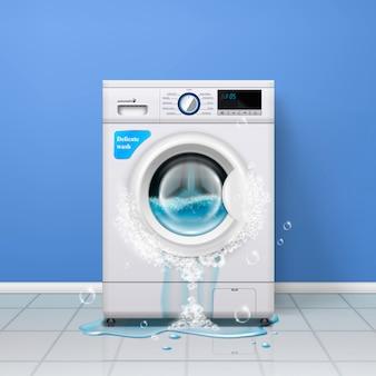 Composizione interna realistica della lavatrice rotta con la rondella di vestiti e l'acqua che versa dalla porta