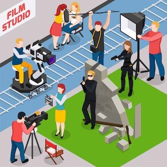 Composizione isometrica in studio cinematografico con attori videografi fonico e illuminatore durante la realizzazione del film