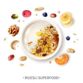Composizione realistica di vista superiore della ciotola eccellente sana dell'alimento di muesli con le bacche delle noci delle fette della banana dei grani