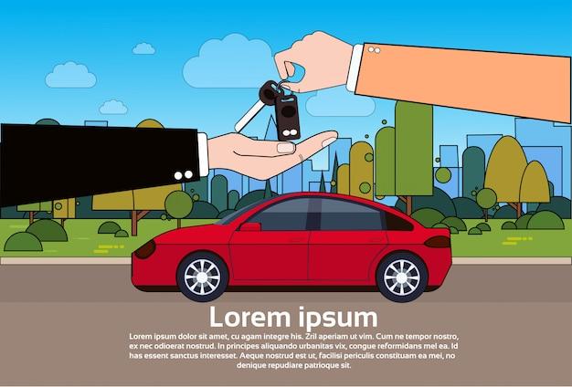 Comprando il concetto dell'automobile con l'agente del concessionario che dà le chiavi al nuovo proprietario sopra il veicolo sulla strada