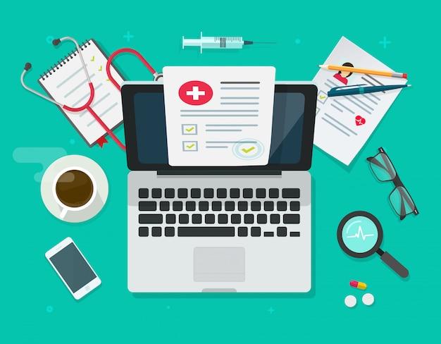 Computer portatile sull'ufficio del medico del tavolo sul posto di lavoro del medico con il rapporto di controllo sul computer in ospedale o in clinica