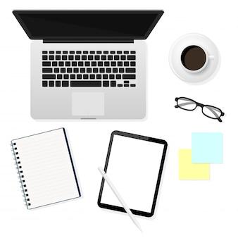 Computer portatili, tablet, occhiali e notebook in una vista dall'alto che è stato posizionato sulla scrivania blu. idee di lavoro a domicilio.
