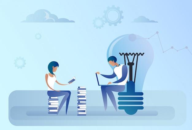Concetto creativo di idea del gruppo del computer portatile di lavoro della lampadina di seduta astratta dell'uomo e della donna di affari
