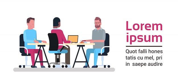 Concetto del centro di coworking gruppo di gente creativa che lavora insieme ai computer allo spazio dei colleghe di affari