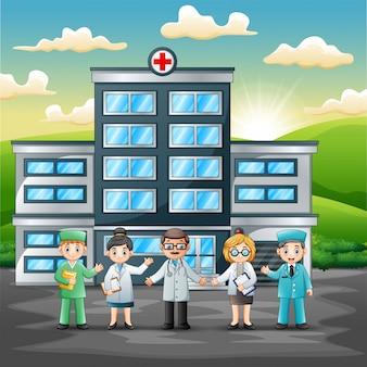 Concetto del gruppo del personale medico davanti all'ospedale