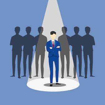 Concetto di business di reclutamento. assumere uomo d'affari. concentrarsi su un uomo con riflettori