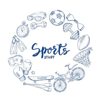 Concetto di cerchio di strumenti sportivi disegnati a mano con lettering in centro. scarabocchio di schizzo di sport dell'attrezzatura, illustrazione di addestramento di forma fisica