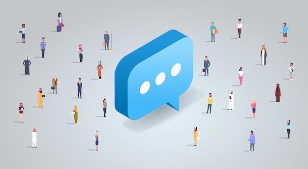 Concetto di chat con uomini d'affari