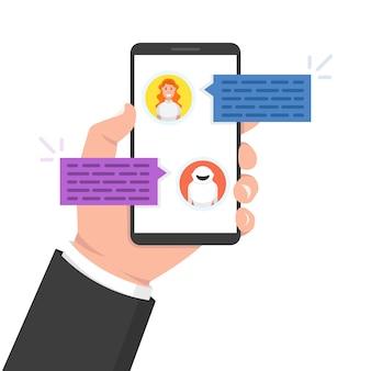 Concetto di chatbot. donna che chiacchiera con il bot di chat sullo smartphone