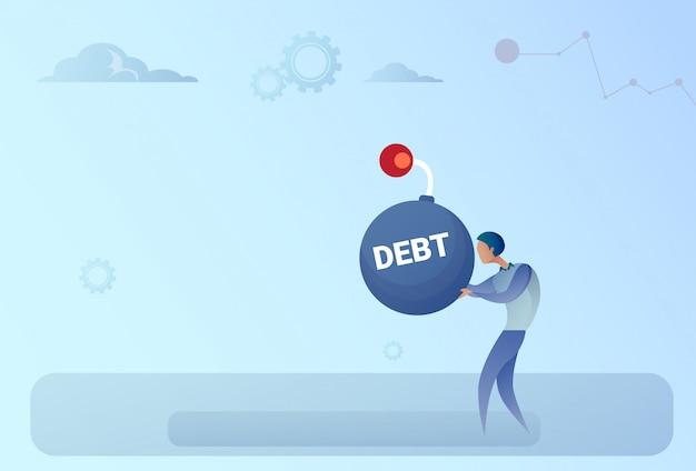 Concetto di crisi di finanza di debito di credito della bomba della tenuta dell'uomo di affari