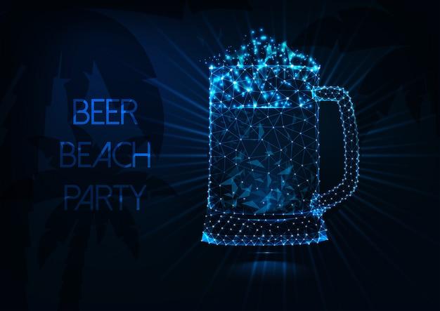 Concetto di festa spiaggia di birra con incandescente poli basso boccale di birra, raggi, palme e testo su blu scuro.