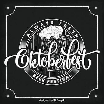 Concetto di oktoberfest con sfondo di lavagna